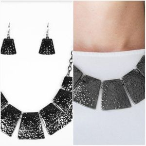 HERE COMES THE HUNTRESS GUNMETAL NECKLACE/EARRING